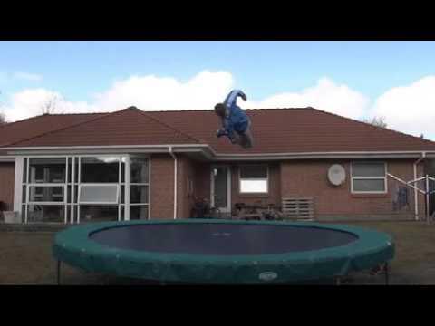 Freestyle og stunts i havetrampolin