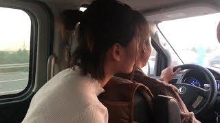 小猪打电话生病了,清香一家人开车去看他,国庆节出门高速太堵了