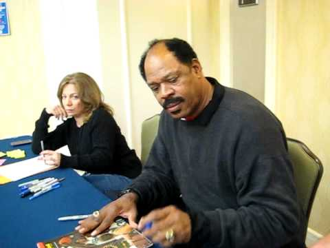 Artis Gilmore Signs For The SI KING  12-10-11