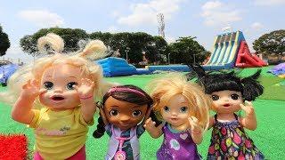 La Muñeca Baby Alive jugando en el parque de Brincolines gigantes!!! Totoykids