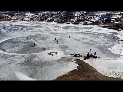 شاهد: بحيرةُ ماكوك الروسية حلبةُ تزلّج مسوّرةٌ بمناظر خلاّبة…