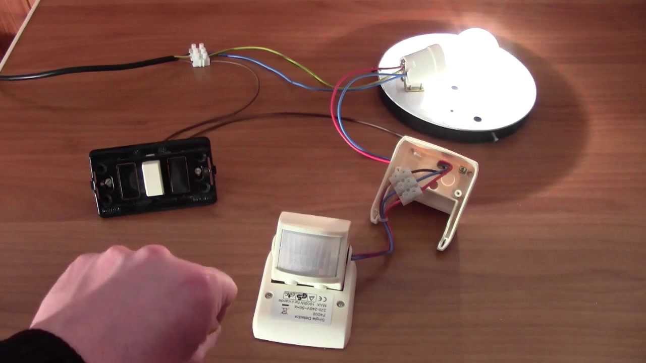 Plafoniere Stagne Con Sensore : Cablaggio e funzionamento di un sensore movimento a raggi