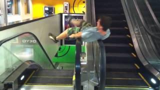 Escalator Spin Fail....hilarious, u will laugh in the first 5 sec!