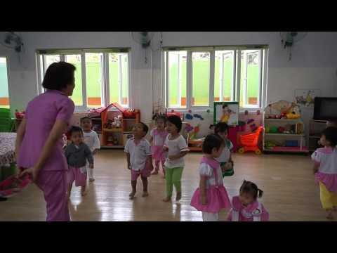 Nhà trẻ khởi động trò chơi trong lớp