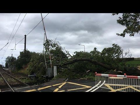شاهد: -عاصفة علي- تتسبب في ترنح طائرتين في بريطانيا وإيرلندا…