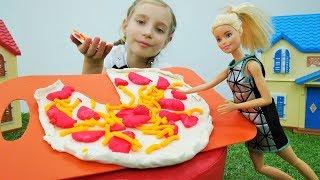 Кукла Барби готовит огромную пиццу - Видео для девочек