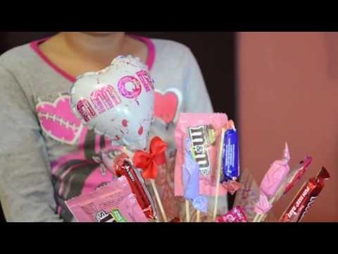 Como hacer un arreglo de dulces para obsequiar doovi - Como decorar una taza ...