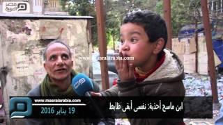 """بالفيديو  محمد عماد.. طفل يواجه """"رصيف الفقر"""" بمسح الأحذية"""
