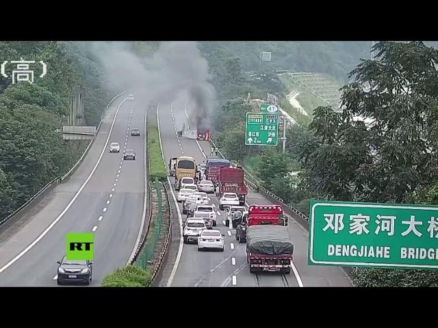 Un coche sale ardiendo de repente mientras circula por la autopista