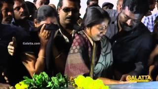 Mounika pays her last respects to Balu Mahendra