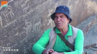 إيراني يحاول كشف أسرار النقوش في صخور بلاده