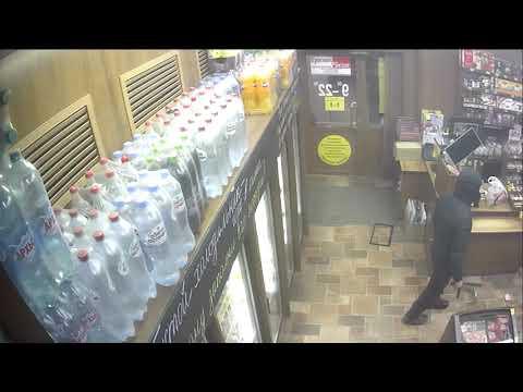 Мужчина в маске, с резиновой дубинкой и ножом напал на продавцов продуктового магазина