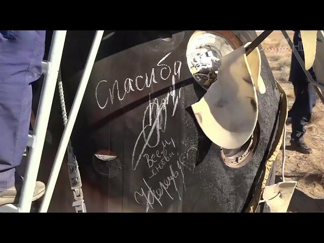 Члены киноэкипажа оставили на капсуле свои автографы.