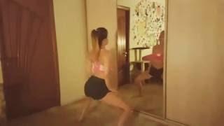 Полина Гренц (Мамаева) танцует дома перед зеркалом