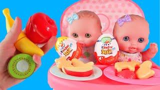 Куклы Пупсики/ Играем и кормим двух малышек сестренок киндер джой и фруктами/Зырики ТВ