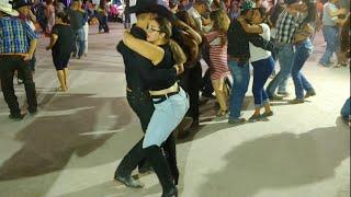 Gambar cover Asi se baila en Chihuahua
