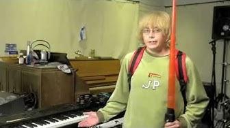 Jani-Petteri esittelee soittimia