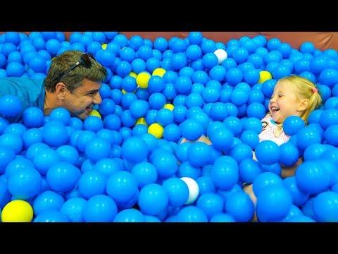 Настя и папа весело играют на детской площадке Nastya and papa family playtime on the playground