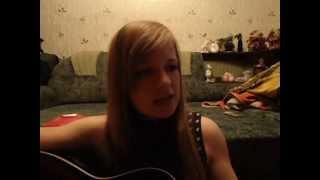 Девушка красиво поет под гитару
