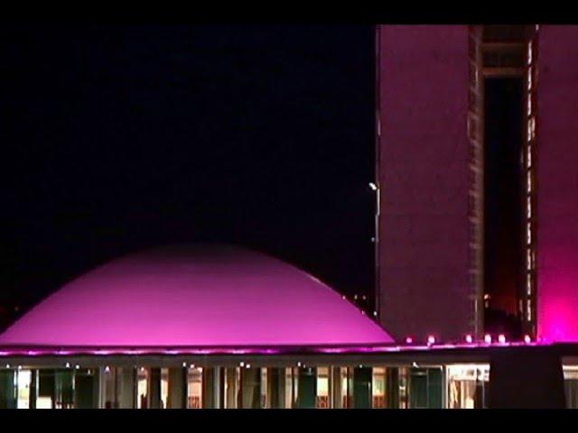 Congresso ganha iluminação especial para lembrar o Dia da Mulher