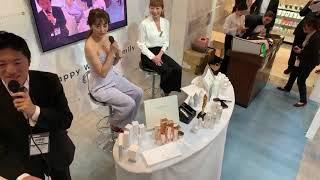 熊切あさ美さんと当社の代表取締役 IRIYAが美容の展示会で美容にまつわ...