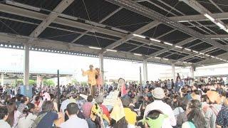 東京都足立区・千住地区の足立市場で12日、市民が楽器を持ち寄ってユ...