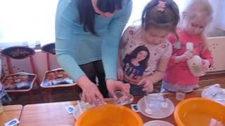 Мыльные пузыри. Эксперимент делают дети с воспитателем и родителями.