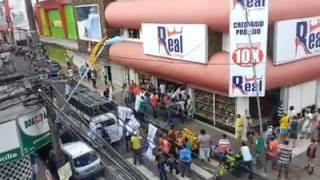Camaçari Notícias - Grupo de sindicalistas tenta fechar loja, mas polícia impede