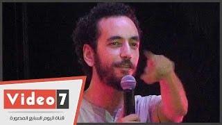 بالفيديو .. على قنديل يقدم « استاند أب كوميدى » عن « التحرش »