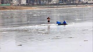 Crazy russian Ice swimming. Купание во время ледохода опасно для вашей жизни!