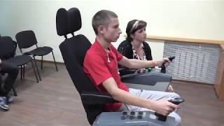 За тренажером учатся управлять краном будущие крановые машинисты
