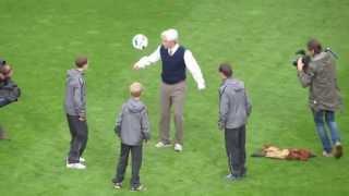 PSV - FC Groningen 5-2 Imitatie-opa showt zijn voetbalkwalit