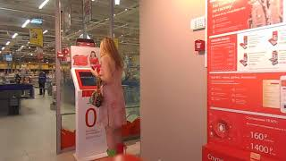 На видео Я Татиана Салмановна Мактум Сайфуддин Tatiana Salmanovna Maktoum Saifuddin в платье цветоч
