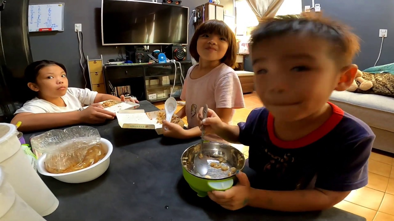 『J Y』奶爸系列之 小三們中午過後等爸比開完會買肉燥飯和 香菇肉羹湯 再加上大杯的多多綠,吃飽喝足真開心。今天最小的弟弟第一名吃超快的。👍👍🌤️🛵🥩🍚🥣😘👨👧👦🥰😎💪👍🇹🇼🇹🇼🇹🇼🇹🇼🇹🇼🇹🇼