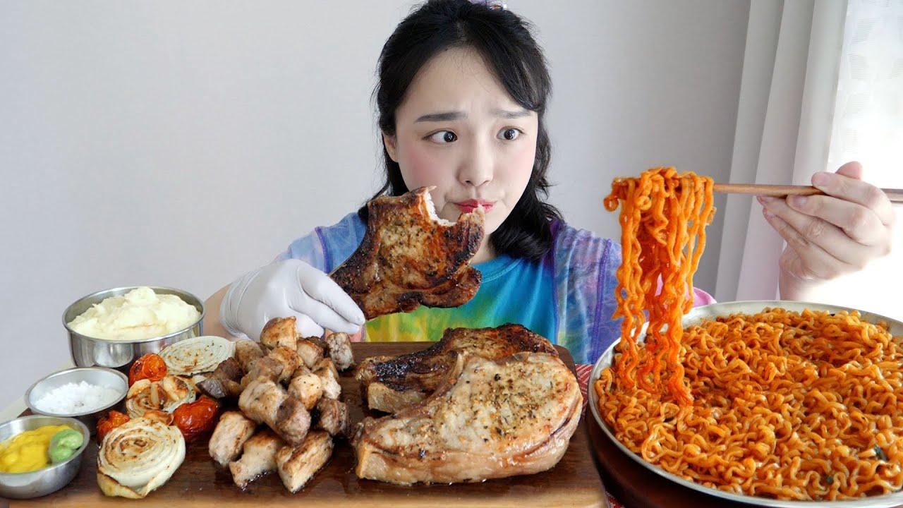 홈캠핑 분위기내기 🚘 돈마호크 돼지고기 먹방! ft. 매운 볶음라면 REALSOUND MUKBANG | U.S. Pork steak :D
