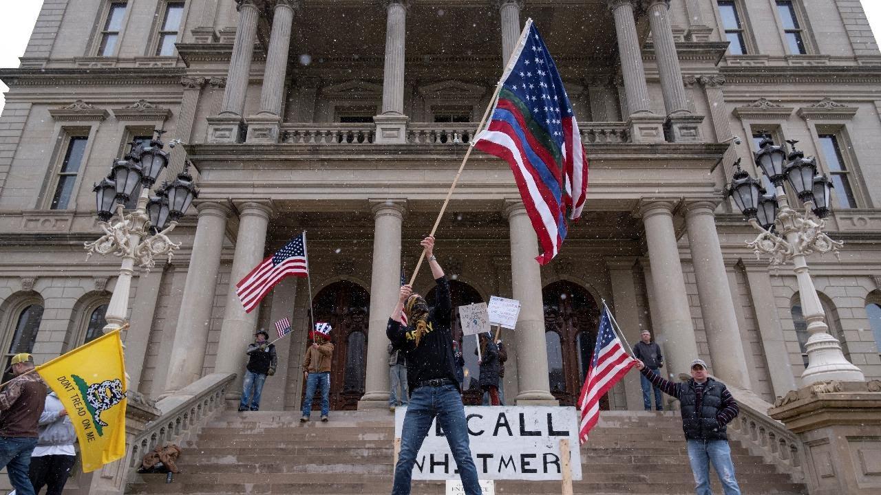 Patrioti americani in protesta contro lockdown: la cura è peggio della malattia