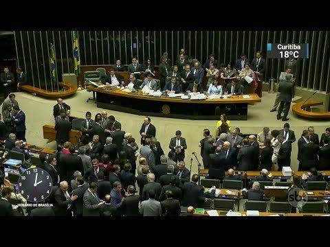 Aliados do governo comemoram arquivamento da denúncia contra Temer | SBT Notícias (26/10/17)