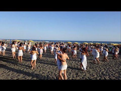 "UNIDOS POR LA KIZOMBA - ""VERSUS ACADEMY"" (Flashmob Ostia, Rome, Italy)"