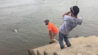 Американец поймал большую рыбу в Теннеси, США. Рыбалка в США