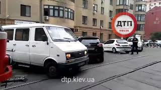 В Киеве на улице Дмитревская продолжается отчаянное противостояние водителей легковых автомобилей и