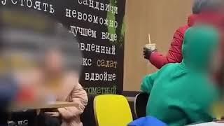 Мужчине в Мурманске не понравилось, что сидящие рядом с ним в кафе подростки слишком громко ругаются
