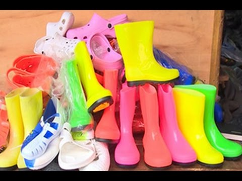 Société/Saison de pluie: Les chaussures en plastique gagnent du terrain