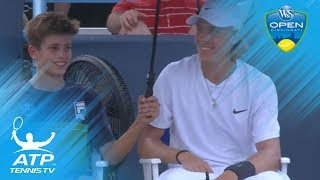Denis Shapovalov sits with ball boy during rain delay | Cincinnati 2018