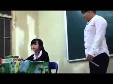 Cô giáo dễ thương bị học sinh chọc