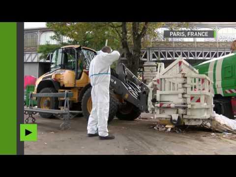 Après l'évacuation d'un camp de migrants à Paris, les services municipaux nettoient la place