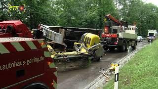 Anhänger mit 8-Tonnen-Bagger nach Reifenplatzer umgekippt