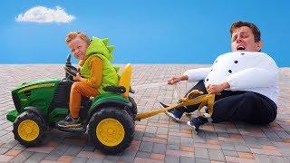 Лёва и Дамир весело на тракторах помогают папам в смешных костюмах