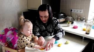 Полина с мамой делает в домашних условиях пластилин.
