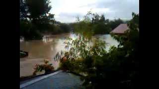 Жесть!!! Реальное видео наводнение в Крымске(Крымск полностью затоплен, выжившие жители спасаются на крышах своих домов. Местные жители убеждены, что..., 2012-07-07T20:16:49.000Z)