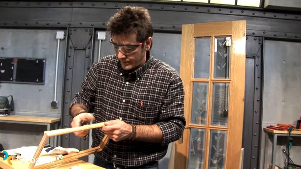 Sustituir el cristal de una puerta (Bricocrack) - YouTube